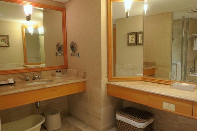 台湾・高雄「リーズホテル(麗尊酒店)」デラックスダブルルームの手洗い付近は鏡が2面張りになっていた。