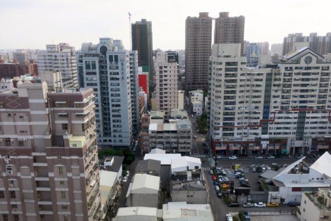 台湾・高雄「リーズホテル(麗尊酒店)」20階デラックスダブルルームから南向きの眺め(日中)