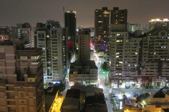 台湾・高雄「リーズホテル(麗尊酒店)」20階デラックスダブルルームから南向きの眺め(夜間)