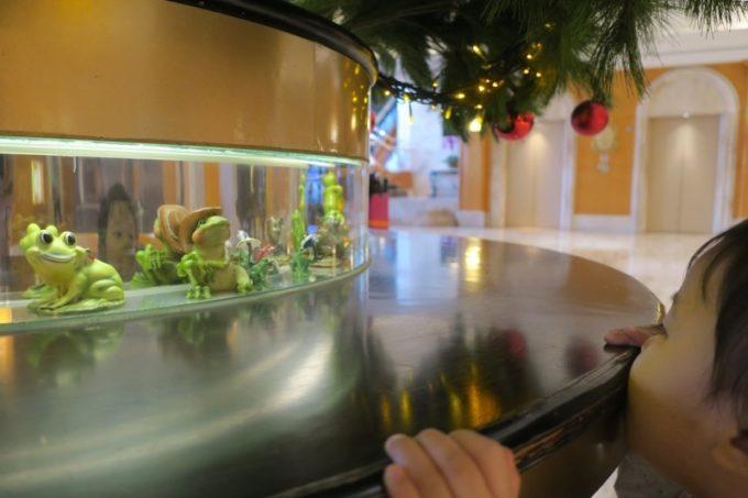 台湾・高雄「リーズホテル(麗尊酒店)」ロビーにあったクリスマスツリーの根元には、カエルがぐるりと並んでいた。
