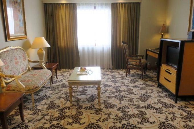 台湾・高雄「リーズホテル(麗尊酒店)」20階のデラックスダブルルーム(38平米)のリビングルーム。