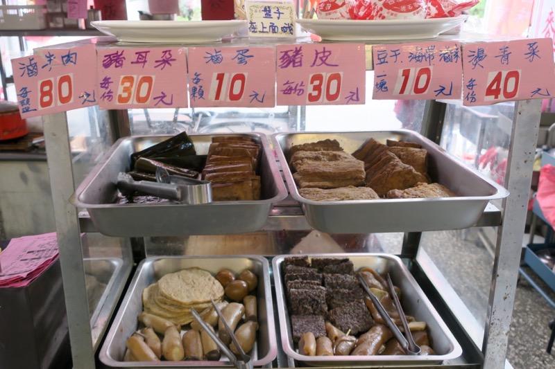 台湾・高雄「廈門麵食館」の滷味を自分で選ぶ。