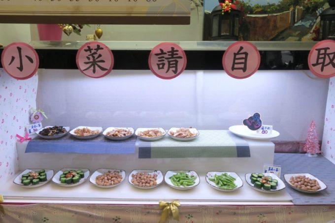 台湾・高雄「廈門麵食館」の店内にディスプレイされた小吃たち。