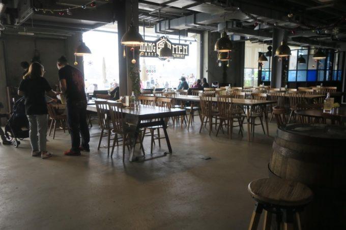 台湾・高雄「掌門精釀啤酒 棧貳庫店」の店内。