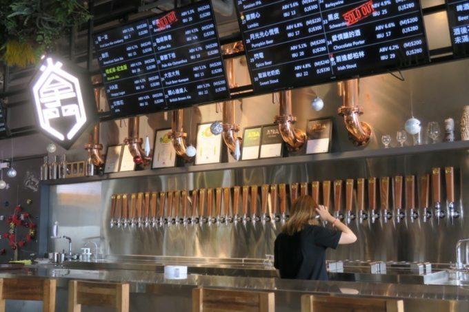 台湾・高雄「掌門精釀啤酒 棧貳庫店」には35タップも並んでいる。