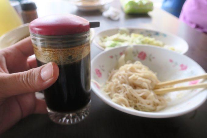 台湾・台南「阿輝炒鱔魚」の卓上調味料で味変。