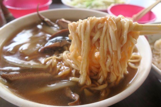 台湾・台南「阿輝炒鱔魚」鱔魚意麵煉は低温油で調理されたフライ麺とタウナギが入った甘じょっぱい温麵だった。
