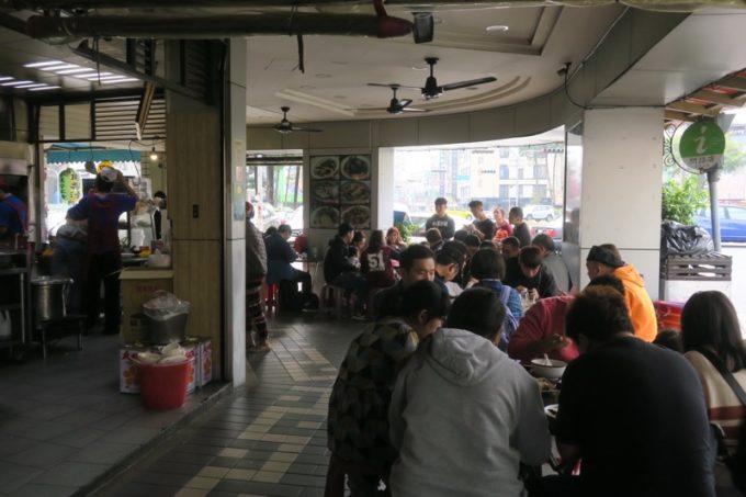 台湾・台南「阿輝炒鱔魚」のイートインスペースは歩道と一体化している。