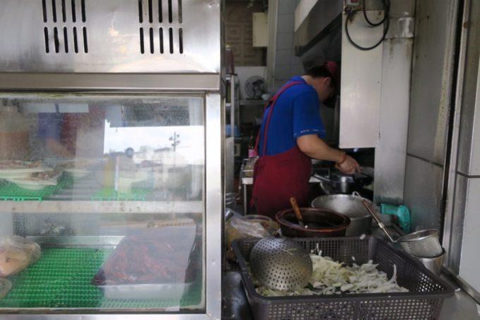台湾・台南「阿輝炒鱔魚」の調理場。