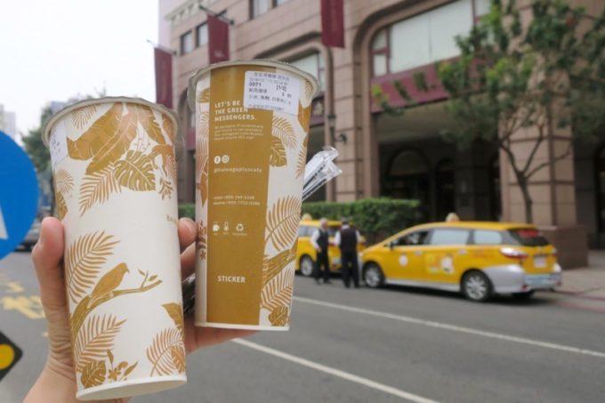台湾・高雄「百瓦哥咖啡」でテイクアウトしたコーヒーを持ってホテルに戻った。