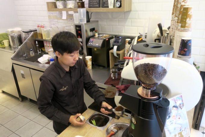 台湾・高雄「百瓦哥咖啡」でコーヒーを2つオーダーした。