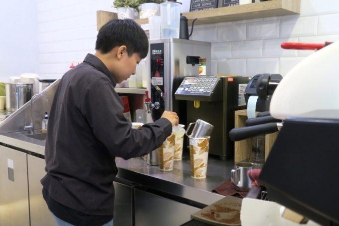 台湾・高雄「百瓦哥咖啡」で注文したコーヒーを作ってくれるスタッフ。