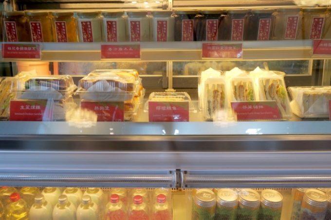 台湾・高雄国際空港「鄧師傅」ですぐ食べられそうなフード類。台湾クラフトビールもあった。