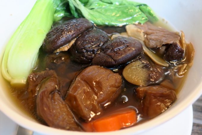 台湾・高雄国際空港のレストラン「鄧師傅」の麻香鮮菇蔬食麵(TWD165)は、椎茸たっぷりのビーガン食。