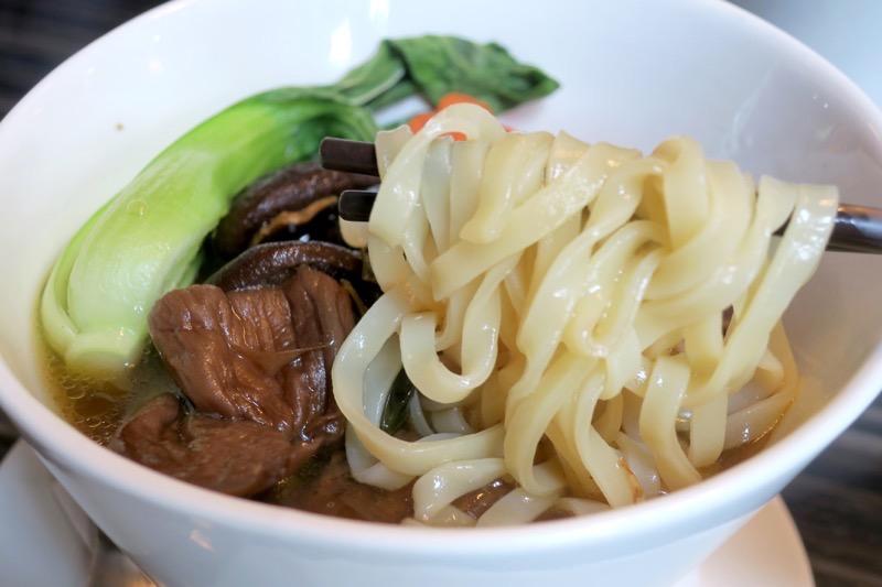 台湾・高雄国際空港のレストラン「鄧師傅」麻香鮮菇蔬食麵(TWD165)の面は、幅広のツルツル食感。