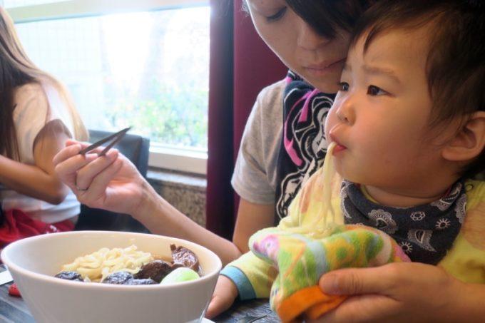 台湾・高雄国際空港のレストラン「鄧師傅」麻香鮮菇蔬食麵(TWD165)を美味しく食べるお子サマー。