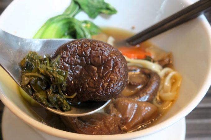 台湾・高雄国際空港のレストラン「鄧師傅」麻香鮮菇蔬食麵(TWD165)は、とにかく椎茸!椎茸の山!