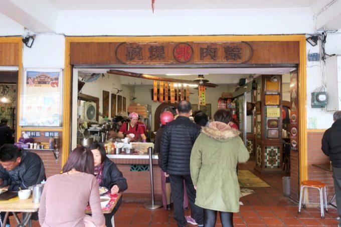 台湾・高雄「郭家肉粽」の外観と買い求めて並ぶ客。