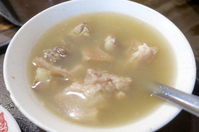 台湾・高雄「郭家肉粽」日替わりスープを注文したつもりで、四神湯(TWD25)が出てきたっぽい。