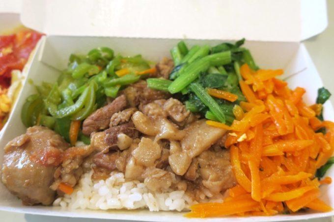 台湾・高雄「錦田肉燥飯」肉燥飯に小菜(ニンジンと青菜、ピーマンのおかず)。