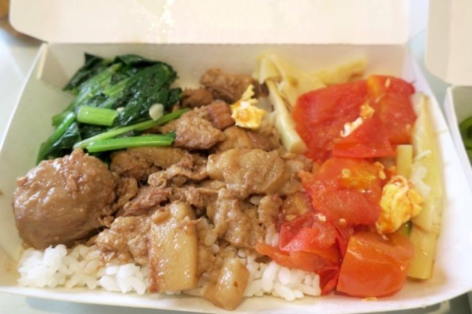台湾・高雄「錦田肉燥飯」肉燥飯に小菜(トマトと青菜のおかず)。