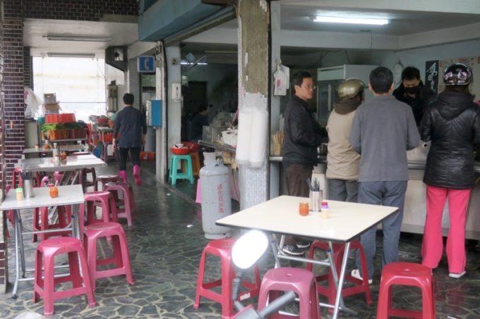 台湾・高雄「錦田肉燥飯」の店先に並ぶテーブル席。