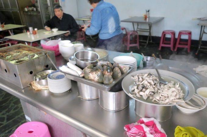 台湾・高雄「錦田肉燥飯」店先に並ぶサバヒーの頭や魚料理など。