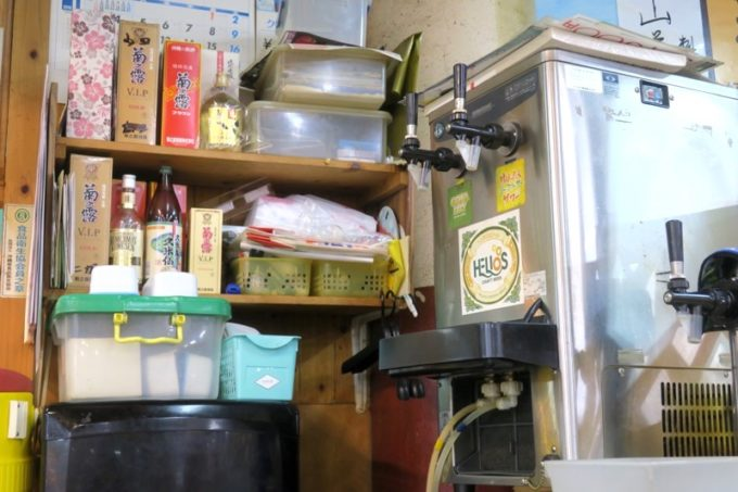 那覇・牧志公設市場2階「お食事処さくら亭」のビールサーバーにはヘリオス酒造のシールが貼られていた。