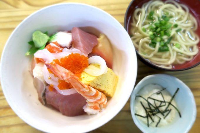 那覇・牧志公設市場2階「お食事処さくら亭」で食べた海鮮丼(1000円)