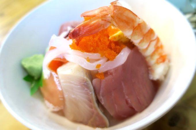 那覇・牧志公設市場2階「お食事処さくら亭」の海鮮丼のオモテ側