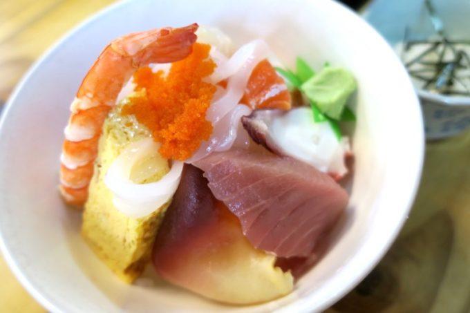 那覇・牧志公設市場2階「お食事処さくら亭」の海鮮丼のウラ側