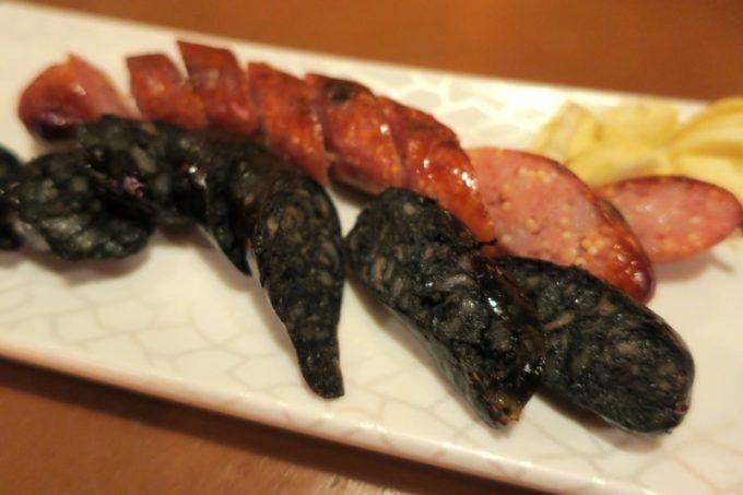 台湾・高雄「浪人酒造(Surfer Brewery)」烤飛魚卵墨魚點香腸(TWD120)はトビウオの卵入りソーセージと、イカスミ入りソーセージだった。