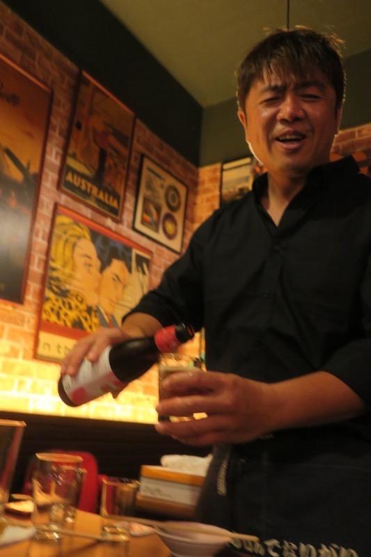 台湾・高雄「浪人酒造(Surfer Brewery)」のボトルビールを注いでくれるマイコーさん。