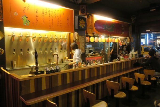 台湾・高雄「浪人酒造(Surfer Brewery)」のカウンター席とタップハンドル。