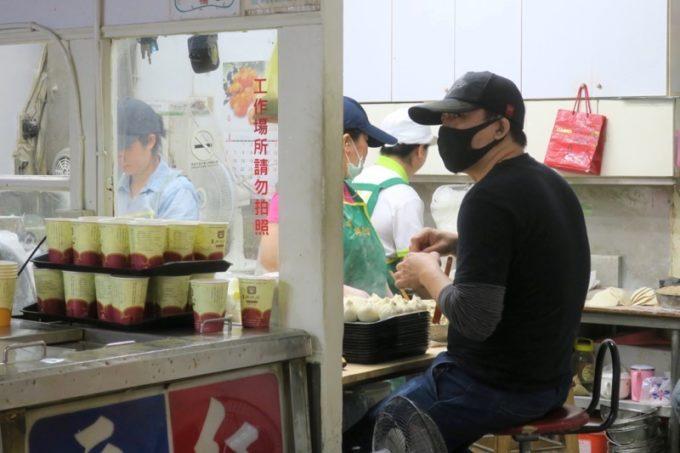 台湾・高雄「興降居」で肉包(肉まん0wp包み続けるスタッフの人たち。