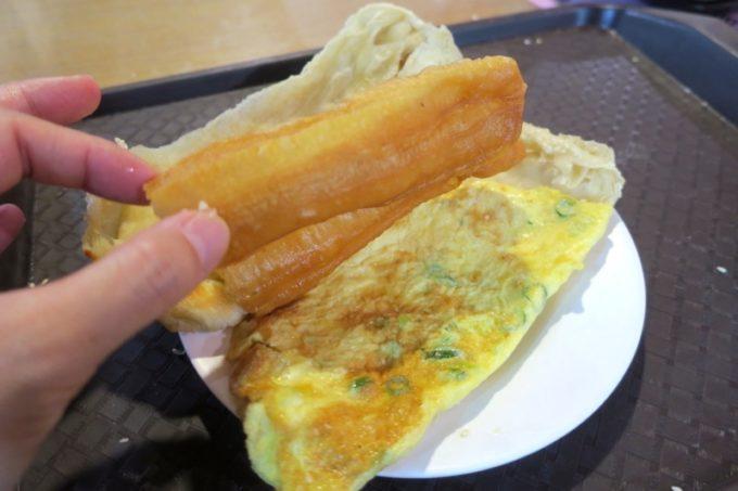 台湾・高雄「興降居」焼餅油條とは、焼いたパンに揚げパンを挟んだ高カロリー食。
