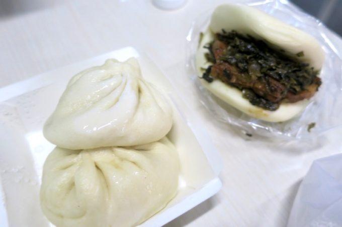 台湾・高雄「興降居」でテイクアウトした湯包(肉まん、TWD18)2個と、割包(台湾風バーガーTWD35)。