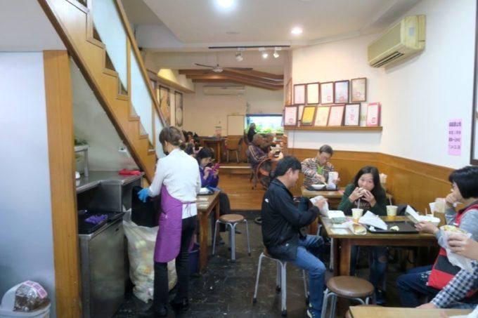 台湾・高雄「興降居」の店内客席。