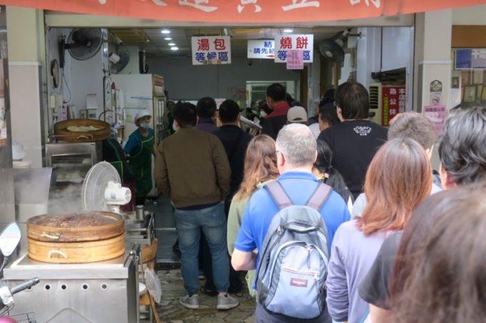 台湾・高雄「興降居」で朝ごはんを購入するために並ぶ人たち。