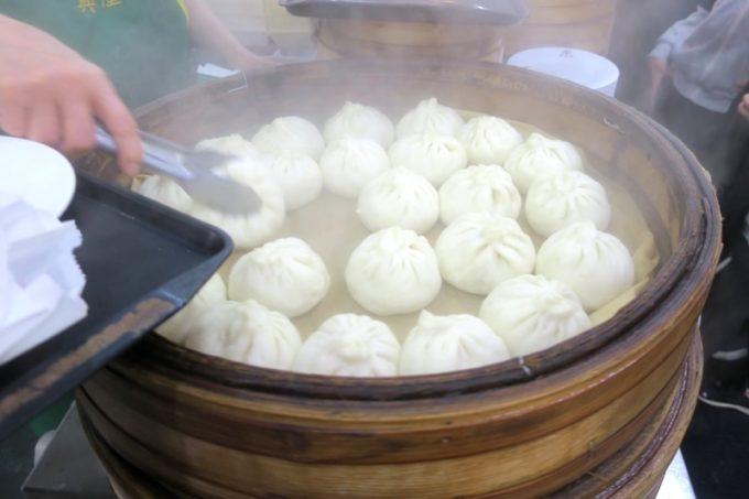 台湾・高雄「興降居」の蒸気を上げた蒸したて湯包。
