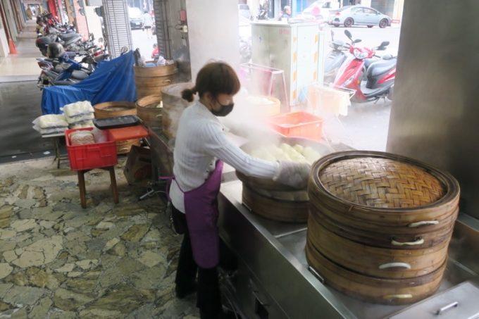 台湾・高雄「興降居」で蒸し上がった湯包を運ぶおねえさん。