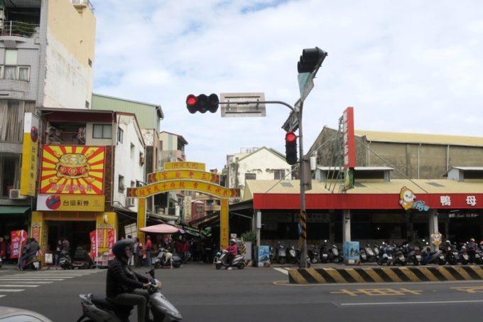 台湾・台南駅から10分ほど歩いた場所に「鴨母寮市場」があった。