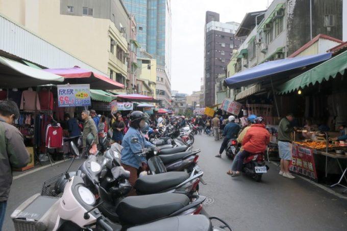 台湾・台南「鴨母寮市場」付近は狭い通りでも遠慮なくバイクが走っている。