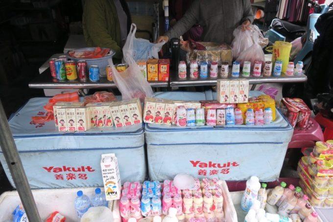 台湾・台南「鴨母寮市場」で売られていたヤクルトやジョア。