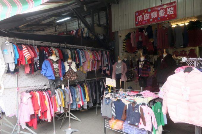 台湾・台南「鴨母寮市場」の子供服屋さん。