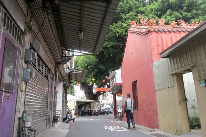 台湾・台南「鴨母寮市場」近くの長北街21巷という細い通りに入る。