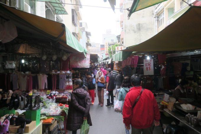 台湾・台南「鴨母寮市場」の通り沿いにある屋台。