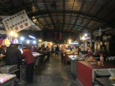 台湾・台南「鴨母寮市場」の建物内の様子。
