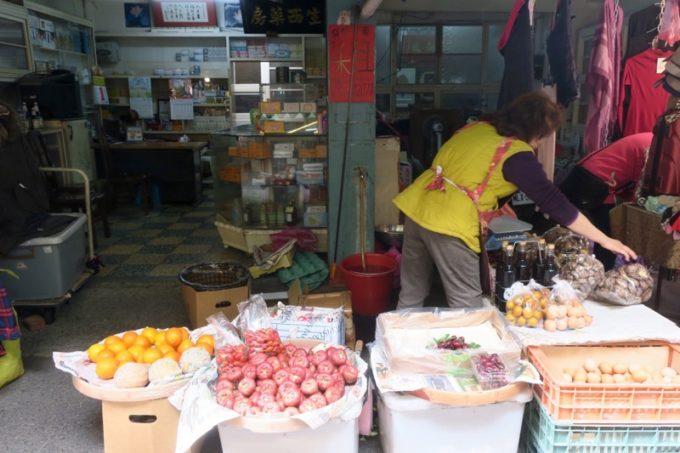 台湾・台南「鴨母寮市場」も八百屋さん。
