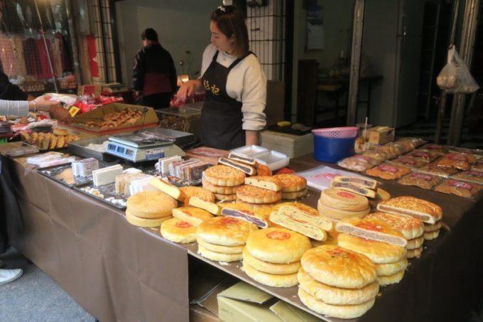台湾・台南「鴨母寮市場」大きな月餅的お菓子が売られていた。